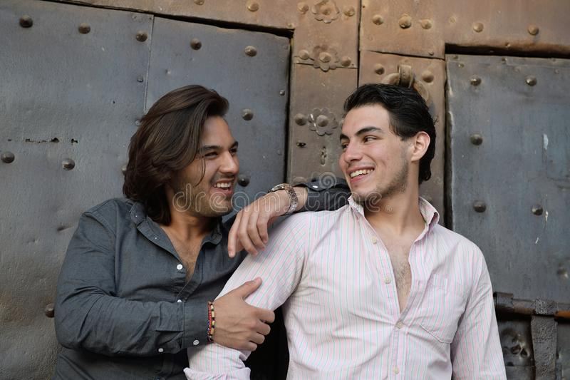 Coppie gay felici che visitano un posto medievale in Catalogna immagini stock libere da diritti