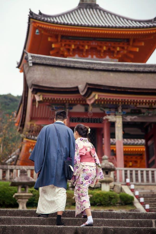 Coppie giapponesi del kimono al tempio di Kiyomizu, Kyoto immagini stock
