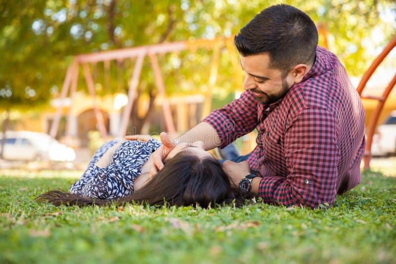 Coppie graziose che si rilassano in un parco fotografia stock