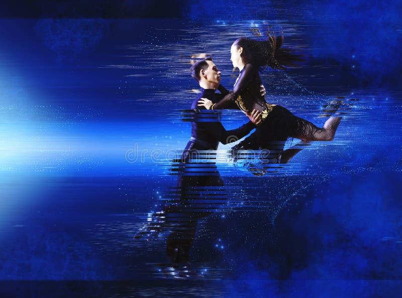 Coppie i ballerini che ballano sala da ballo immagine stock