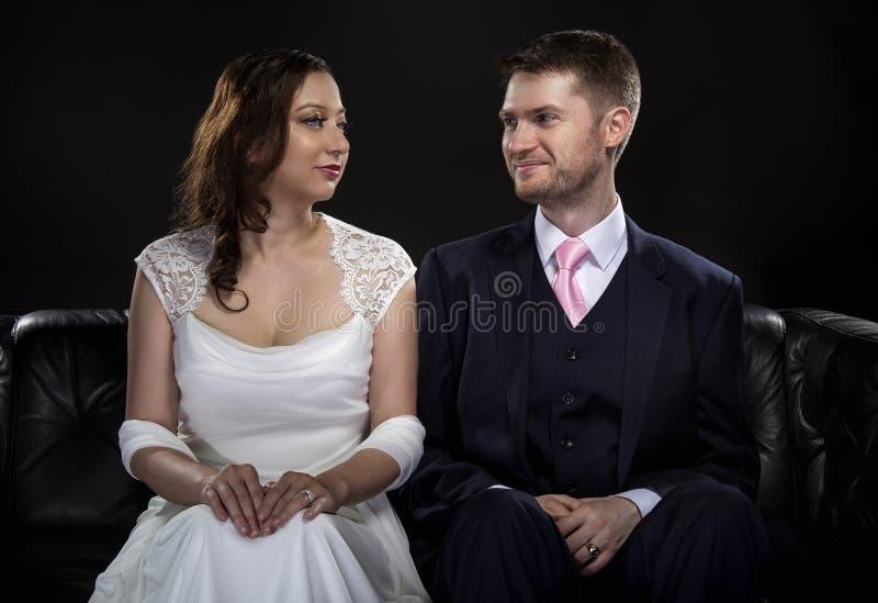Coppie impegnate che modellano Art Deco Style Wedding Suit e vestito fotografie stock libere da diritti