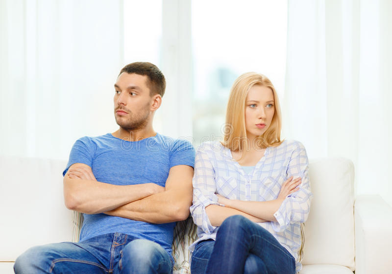 Coppie infelici che hanno discussione a casa fotografia stock