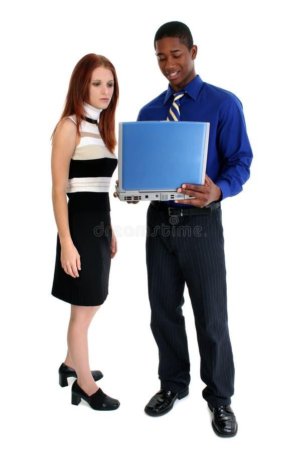 Coppie interrazziali con il computer portatile fotografia stock