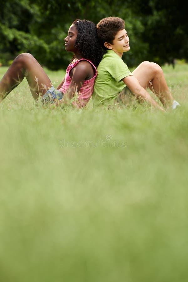 Coppie interrazziali dei bambini in bianco e nero nell'amore fotografia stock libera da diritti
