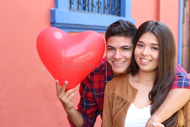 Coppie ispane che celebrano giorno di biglietti di S. Valentino del san immagini stock