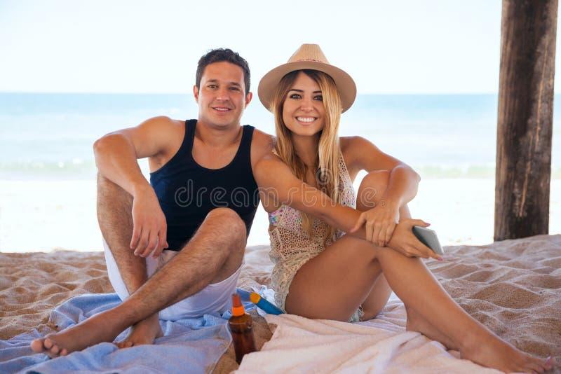Coppie ispane delle persone appena sposate alla spiaggia fotografia stock libera da diritti