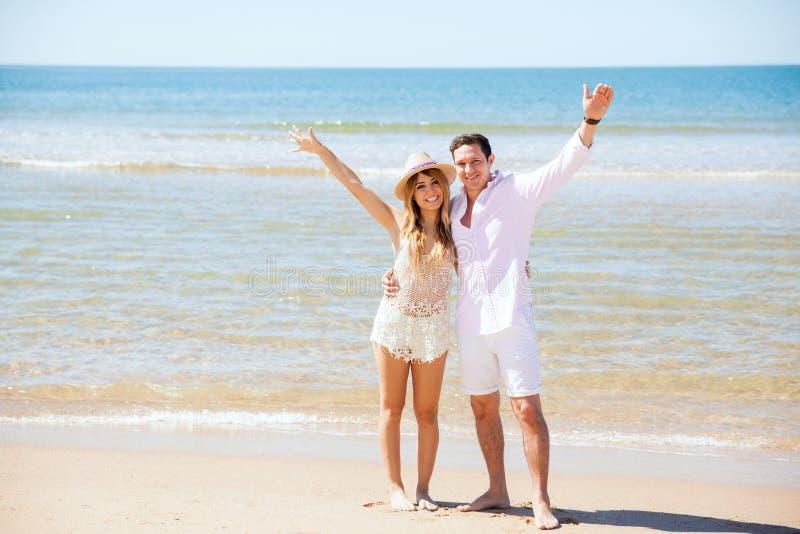 Coppie ispane nella loro luna di miele alla spiaggia fotografia stock libera da diritti