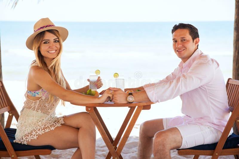 Coppie ispane pranzando alla spiaggia fotografia stock libera da diritti