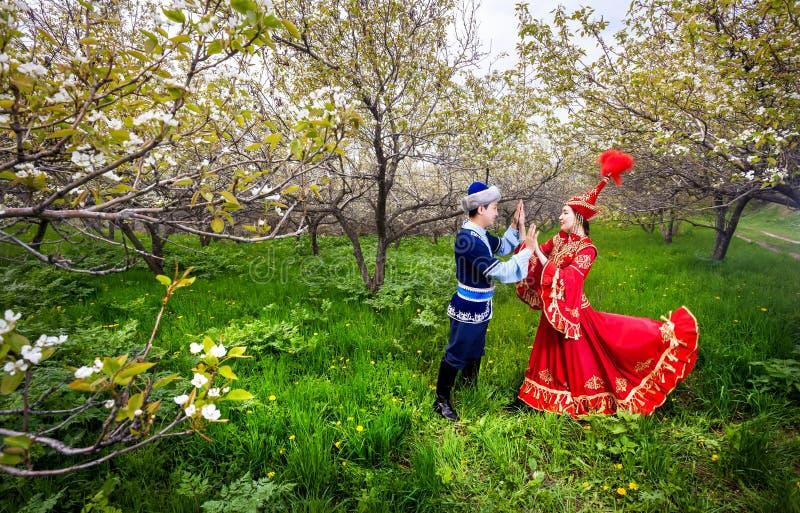 Coppie kazake in costume tradizionale fotografia stock libera da diritti