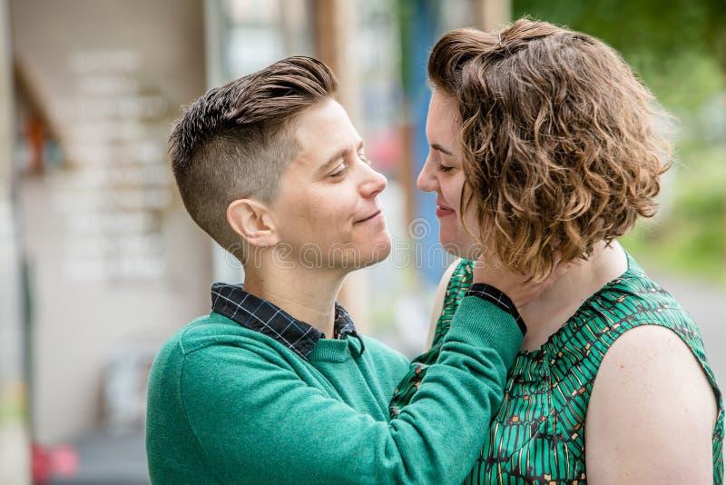 Coppie lesbiche affettuose insieme nella fine su fotografia stock