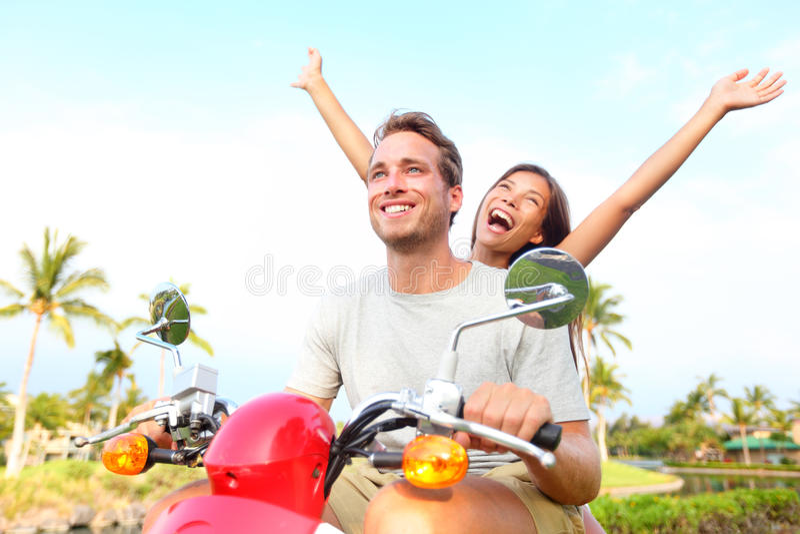 Coppie libere felici di libertà che conducono motorino fotografie stock
