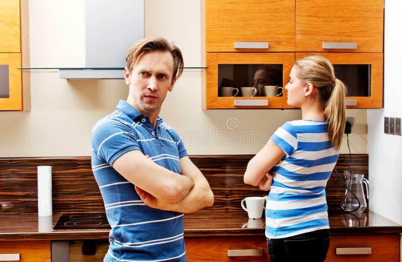 Coppie litiganti che stanno nella cucina e nel don& x27; t che parla a vicenda fotografie stock libere da diritti