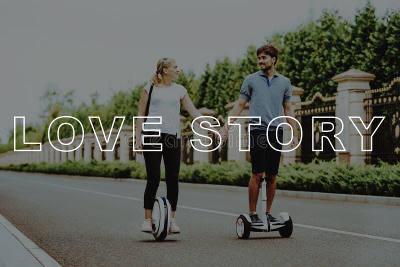 Coppie Love Story Paia su Gyroboard e sul monocolo fotografia stock