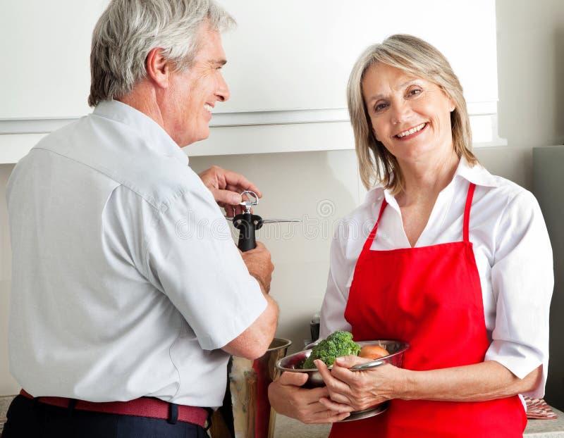 Coppie maggiori che cucinano nella cucina immagine stock libera da diritti