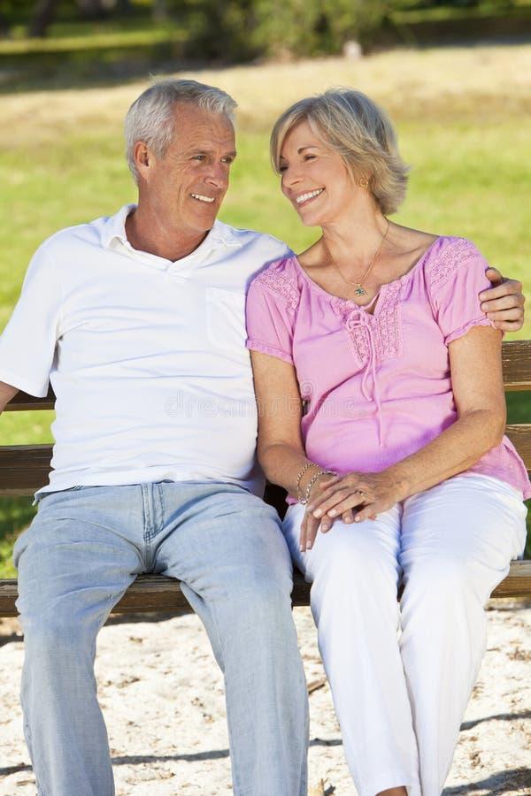 Coppie maggiori felici che sorridono all'esterno in sole fotografie stock