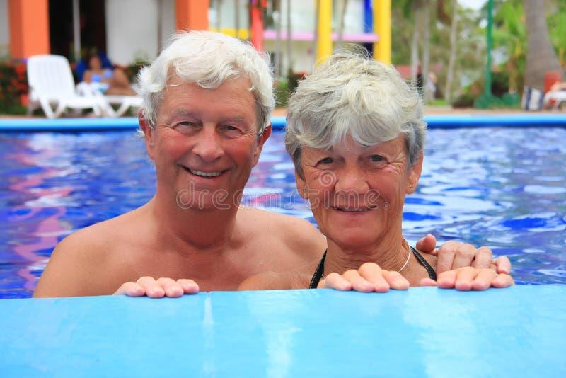 Coppie maggiori nella piscina. fotografia stock
