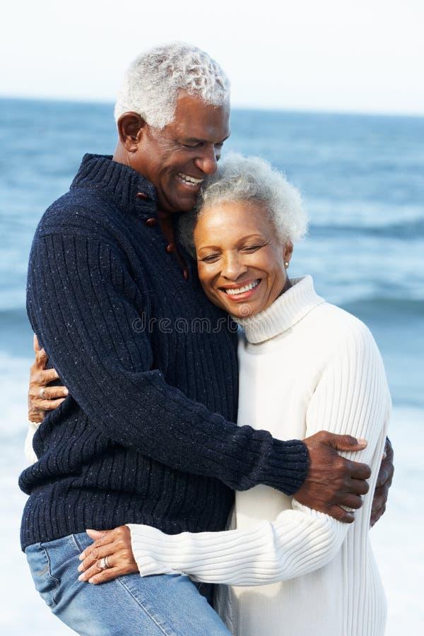 Coppie maggiori romantiche che abbracciano sulla spiaggia fotografia stock