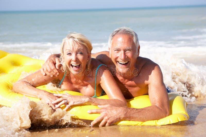 Coppie maggiori sulla festa della spiaggia fotografie stock libere da diritti