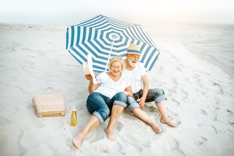 Coppie maggiori sulla spiaggia immagini stock libere da diritti