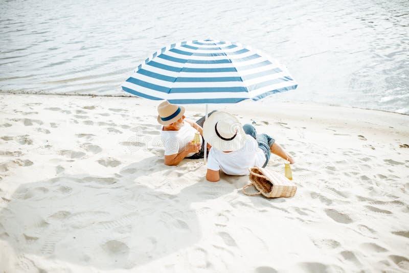 Coppie maggiori sulla spiaggia fotografia stock libera da diritti