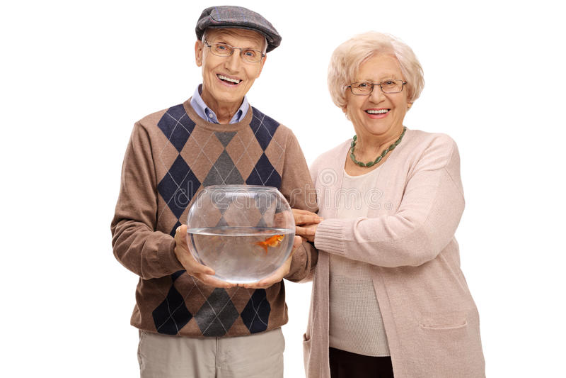 Coppie mature allegre con un pesce rosso in una ciotola fotografie stock libere da diritti