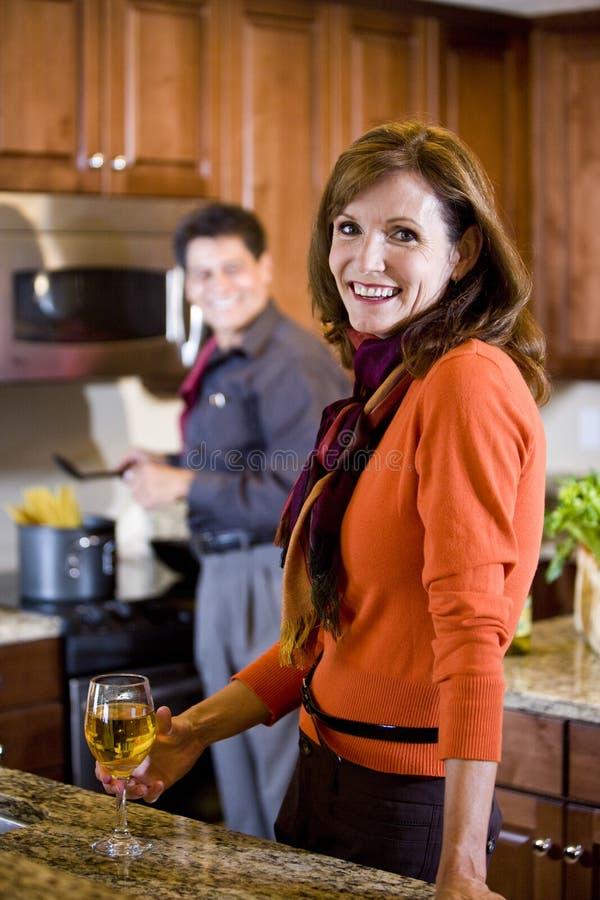 Coppie mature che cucinano nella cucina nel paese immagini stock libere da diritti