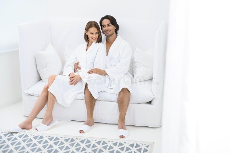 Coppie mature che si rilassano insieme alla stazione termale di giorno immagini stock libere da diritti