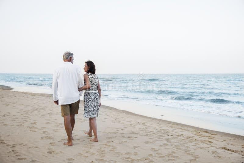 Coppie mature che vacationing ad una località di soggiorno fotografie stock