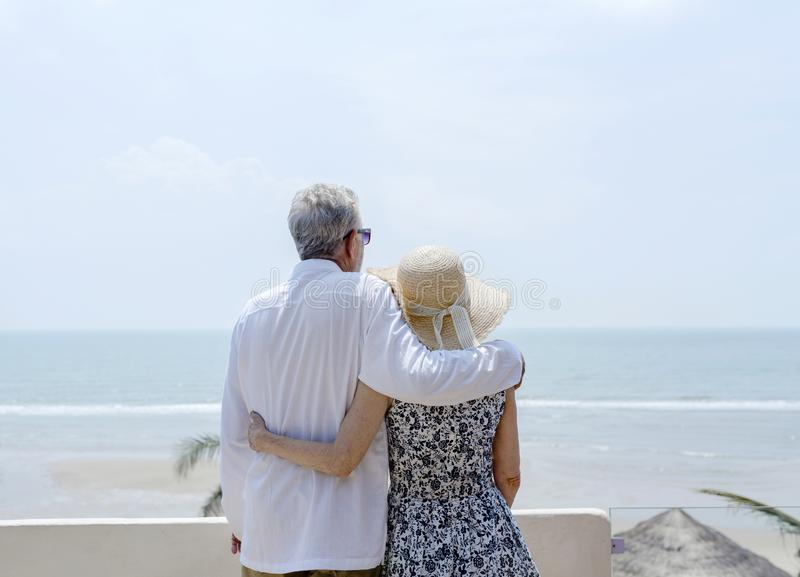 Coppie mature che vacationing ad una località di soggiorno immagini stock libere da diritti