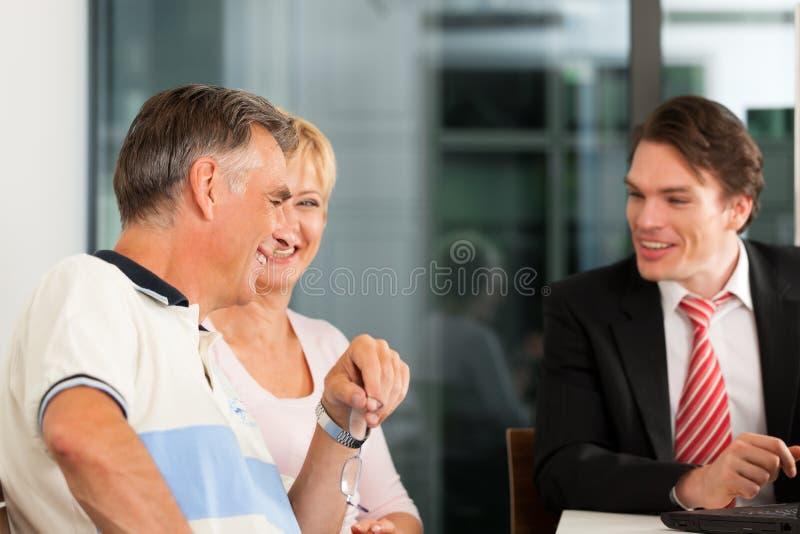 Coppie mature con il consulente finanziario fotografia stock