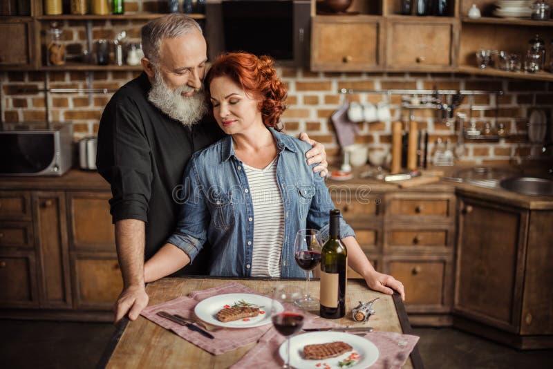 Coppie mature in cucina fotografia stock libera da diritti