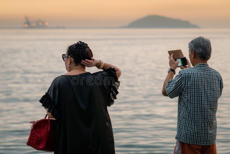 Coppie mature di felicità prendere una foto del tramonto fotografia stock libera da diritti