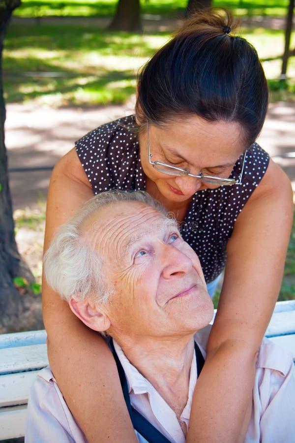 Coppie mature nell'amore immagini stock libere da diritti