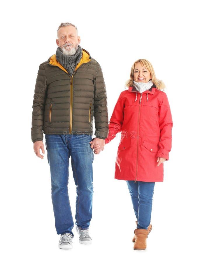 Coppie mature nella camminata calda dei vestiti fotografie stock libere da diritti