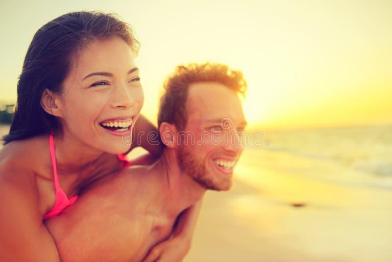 Coppie multiculturali di divertimento felice della spiaggia - amore di estate immagini stock