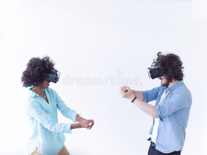 Coppie multietniche che ottengono esperienza facendo uso dei vetri della cuffia avricolare di VR immagine stock libera da diritti