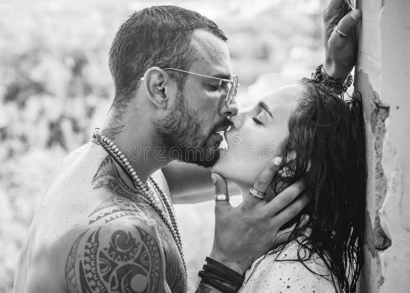 Coppie nel bacio di amore. Concetto del momento sensuale ed intimo degli amanti. Bacio sensuale. Passione e tocco sensuale. orgasm fotografia stock