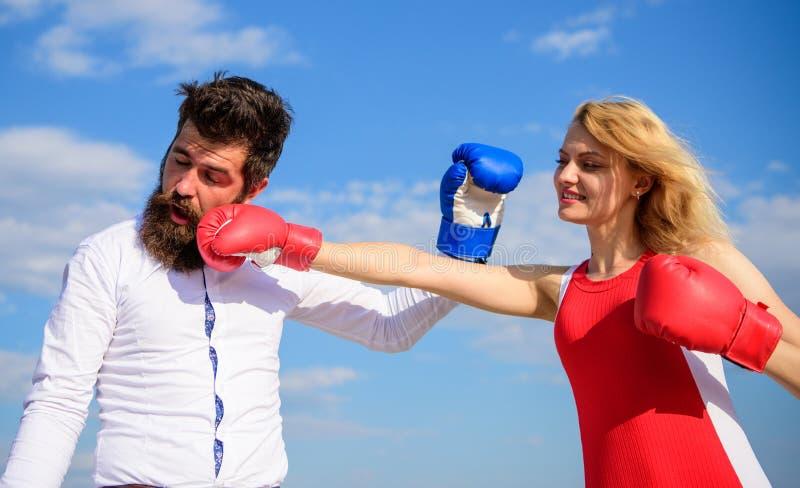 Coppie nel combattimento di amore Relazioni e vita familiare come lotta di ogni giorno Relazioni come concetto di lotta Uomo e do fotografia stock