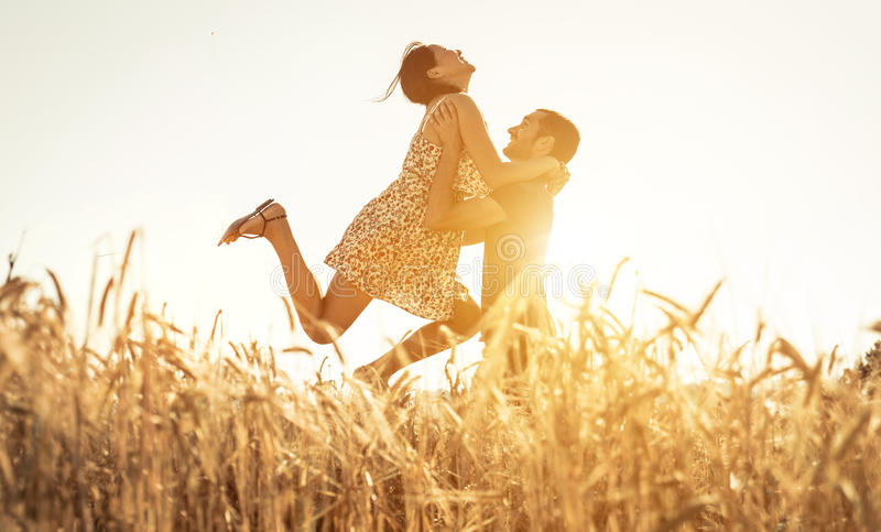 Coppie nel divertiresi di amore immagini stock