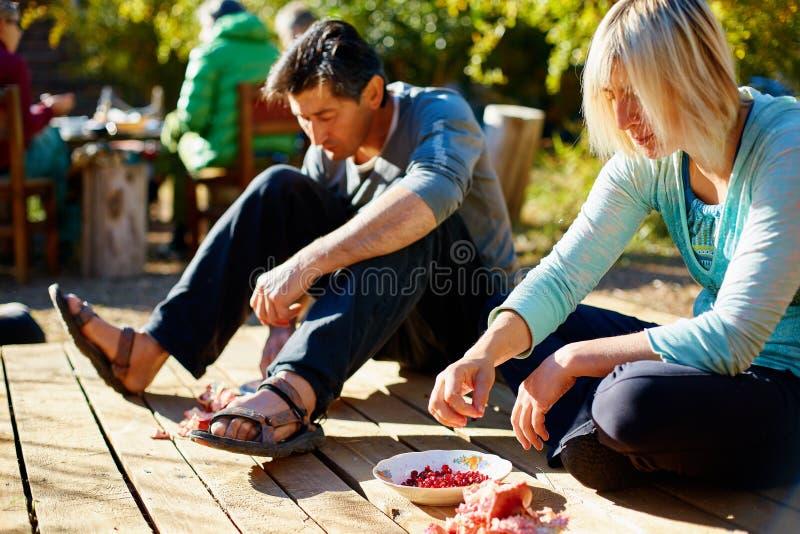 coppie nel giardino che mangia i melograni fotografie stock libere da diritti