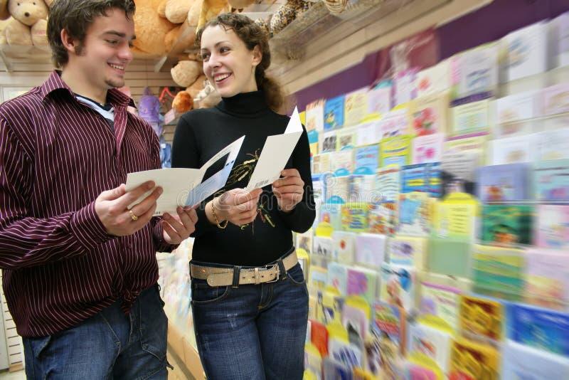 Coppie nel negozio delle cartoline immagini stock libere da diritti