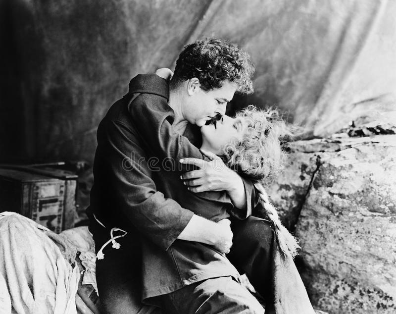 Coppie nell'abbraccio appassionato (tutte le persone rappresentate non sono vivente più lungo e nessuna proprietà esiste Garanzie fotografia stock libera da diritti