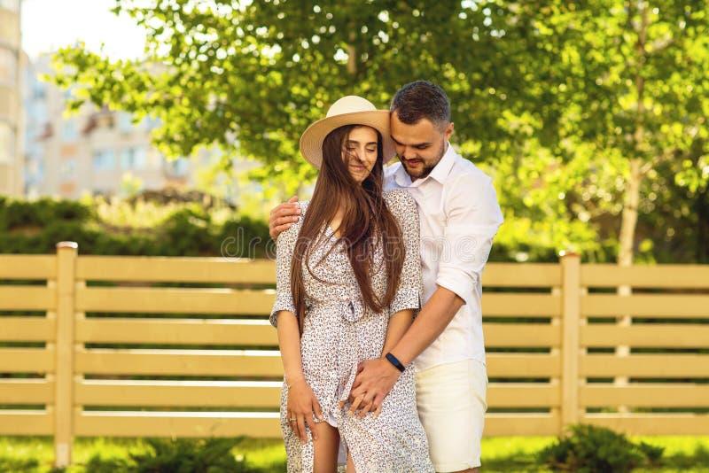 Coppie nell'amore al tramonto che cammina nel parco felice, dre americano immagine stock libera da diritti