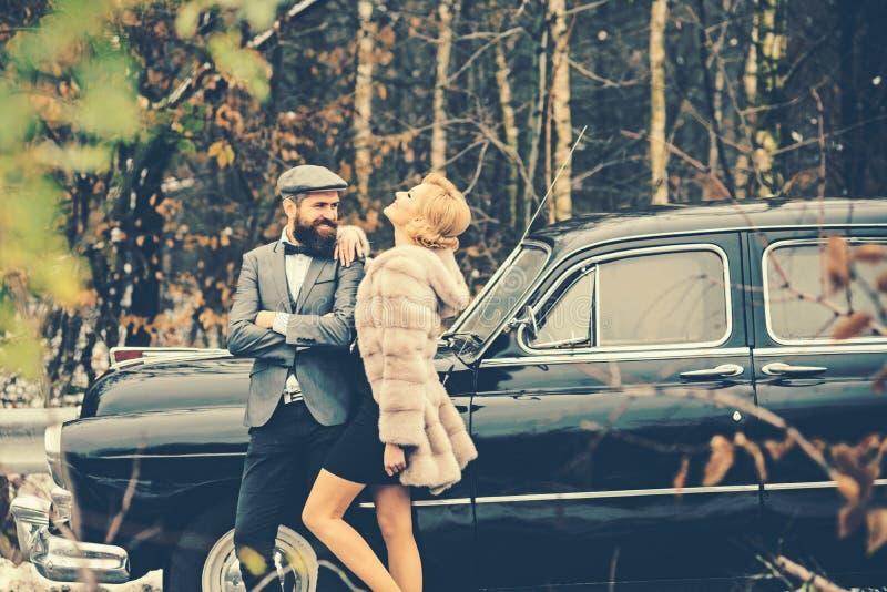 Coppie nell'amore alla data romantica Scorta della ragazza da sicurezza Viaggio e viaggio di affari o escursione del legamento Re fotografia stock