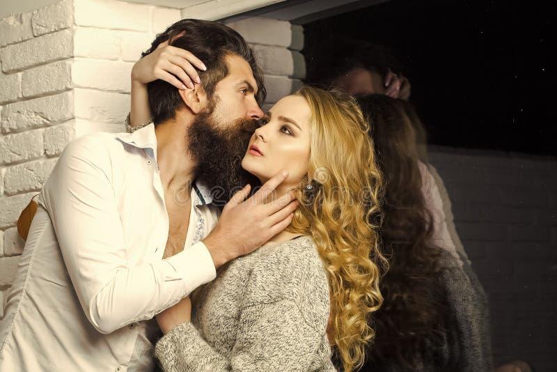 Coppie nell'amore Coppie nell'amore alla finestra immagini stock libere da diritti