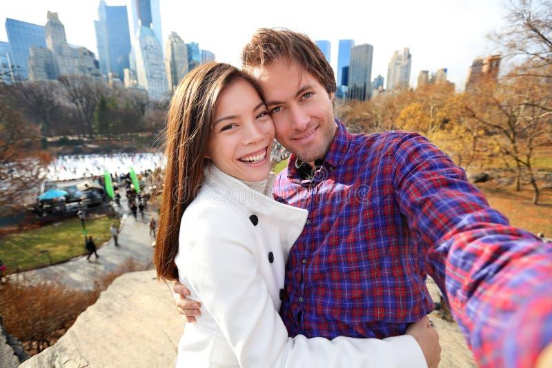 Coppie nell'amore, Central Park, New York di datazione fotografia stock