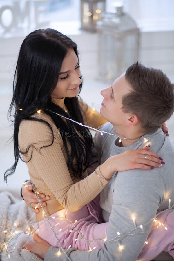 Coppie nell'amore che abbraccia e che bacia a casa immagine stock
