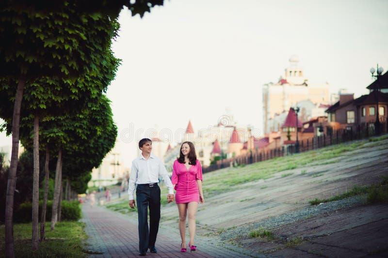 Coppie nell'amore che cammina nella città fotografie stock libere da diritti