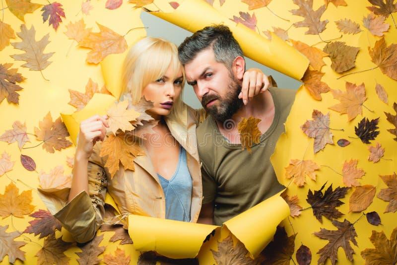 Coppie nell'amore che dura in vestiti stagionali alla moda che hanno umore autunnale Coppie di autunno nei vestiti e negli sguard immagini stock libere da diritti