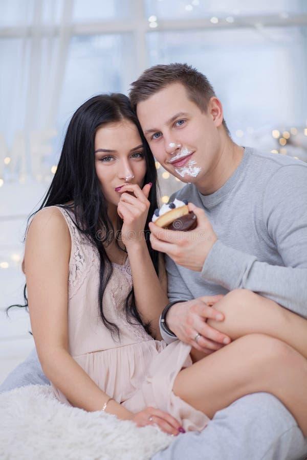 Coppie nell'amore che mangia dolce dolce immagini stock libere da diritti